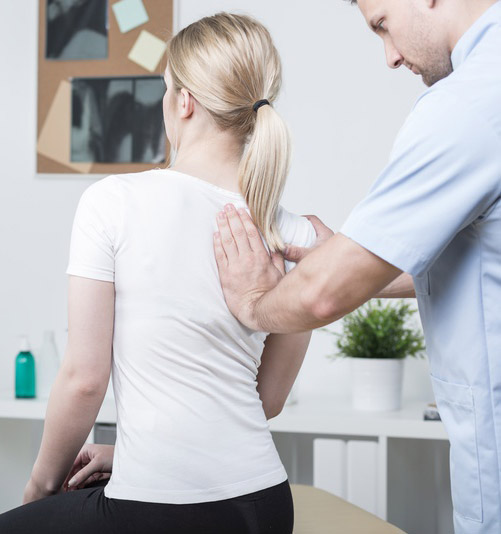 chiropractor-with-patient
